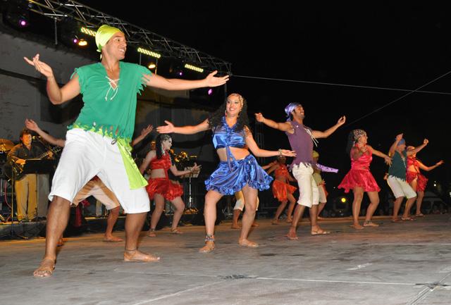 Los grupos de Baza, Ribera del Fresno y Costa Rica abren el Festival Internacional de Folklore